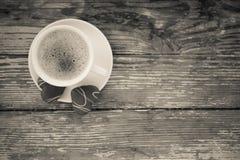 Kaffeavbrott, frukostkopp kaffe med ljusbruna kakor Arkivfoto