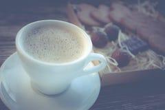 Kaffeavbrott, frukostkopp kaffe med ljusbruna kakor Royaltyfri Foto