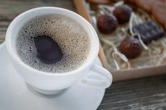 Kaffeavbrott, frukostkopp kaffe med ljusbruna kakor Royaltyfri Bild
