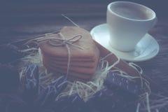 Kaffeavbrott, frukostkopp kaffe med ljusbruna kakor Royaltyfri Fotografi