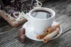 Kaffeavbrott, frukostkopp kaffe med ljusbruna kakor Royaltyfria Foton