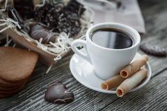 Kaffeavbrott, frukostkopp kaffe med ljusbruna kakor Arkivbild