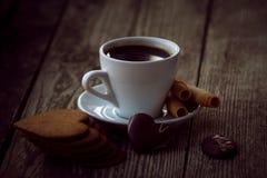 Kaffeavbrott, frukostkopp kaffe med ljusbruna kakor Arkivbilder