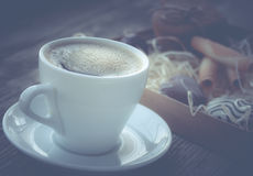 Kaffeavbrott, frukostkopp kaffe med ljusbruna kakor Royaltyfria Bilder