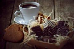 Kaffeavbrott, frukostkopp kaffe med ljusbruna kakor Arkivfoton