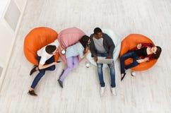 Kaffeavbrott, grupp av studenter som förbereder sig för examen arkivfoton