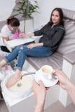 Kaffeavbrott i skönhetsalong under brunnsorttillvägagångssätt arkivfoton