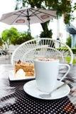 Kaffeavbrott i trädgård Fotografering för Bildbyråer
