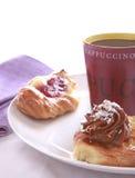 Kaffeavbrott med bakelse Royaltyfri Foto