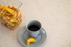 Kaffeavbrott med biscottikakor arkivbild