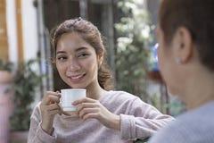 Kaffeavbrott med en vän royaltyfri fotografi