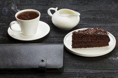 Kaffeavbrott med stycket av kakan Arkivbild
