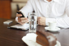 Kaffeavbrott med tableten och smartphones Arkivfoton