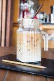 Kaffeavbrott på konstnärarbetstabellen Arkivbilder