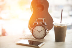 Kaffeavbrott som kopplar av, spelar och lyssnar till musik Arkivbilder