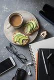 Kaffeavbrott under arbetstid Lekmanna- affärsarbetsplats för lägenhet med anteckningsboken, minnestavla, telefon, exponeringsglas Royaltyfria Foton