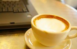 kaffebärbar dator Royaltyfri Bild