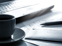 kaffebärbar dator papers pennan Arkivfoto