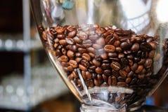 Kaffeböna i kaffemaskin Royaltyfri Fotografi