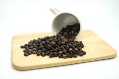 Kaffeböna i koppen Arkivbild