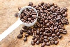 Kaffeböna med den vita skeden Arkivfoton