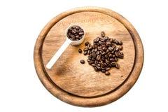 Kaffeböna med den vita skeden arkivfoto