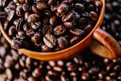 Kaffeböna och träkopp Royaltyfri Bild