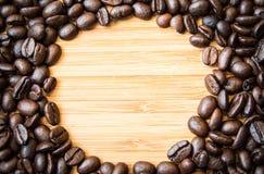 Kaffeböna på den wood bakgrunden Royaltyfria Bilder