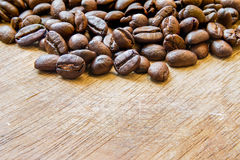 Kaffeböna på det wood golvet royaltyfri bild