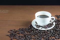 Kaffeböna på tabellen Royaltyfria Foton