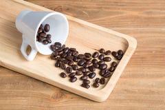 Kaffeböna på träbräde Arkivbilder