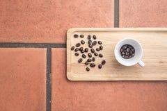 Kaffeböna på träbräde Royaltyfri Fotografi