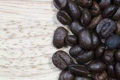 Kaffeböna på wood bakgrund Arkivbilder