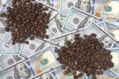 Kaffebönor är på hundra dollarräkningar royaltyfri bild