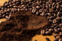 Kaffebönor över träyttersida Arkivfoton