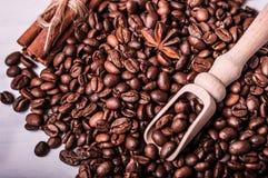 Kaffebönor, anis och träskednärbild Arkivfoton