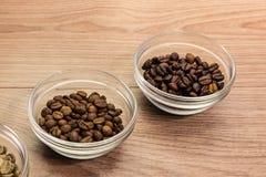 Kaffebönor av olikt grilla i den glass bunken Royaltyfri Foto