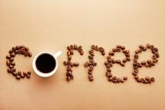 Kaffebönor bildar ett ord arkivfoto