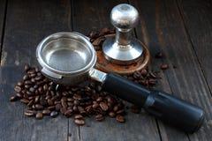 Kaffebönor fifflar med portafilter Fotografering för Bildbyråer