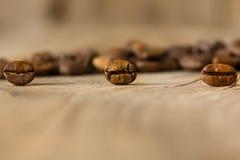 Kaffebönor från nära område på en gammal trätabell Arkivfoto