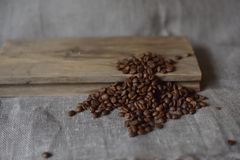 Kaffebönor grillas Royaltyfria Foton