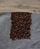Kaffebönor grillas Arkivbild