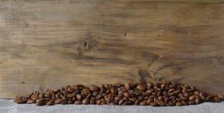 Kaffebönor grillas Royaltyfri Fotografi
