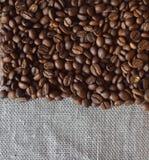Kaffebönor grillas Arkivfoto