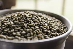 Kaffebönor i bunke Fotografering för Bildbyråer