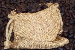Kaffebönor i burlappåse Arkivbild