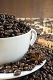 Kaffebönor i den vita koppen Royaltyfri Bild