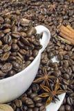 Kaffebönor i den vita koppen Arkivfoto