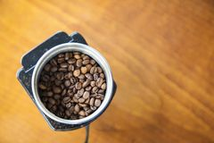 Kaffebönor i en elektrisk kaffekvarn Arkivbilder