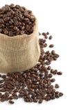 Kaffebönor i en jutepåse Arkivfoto
